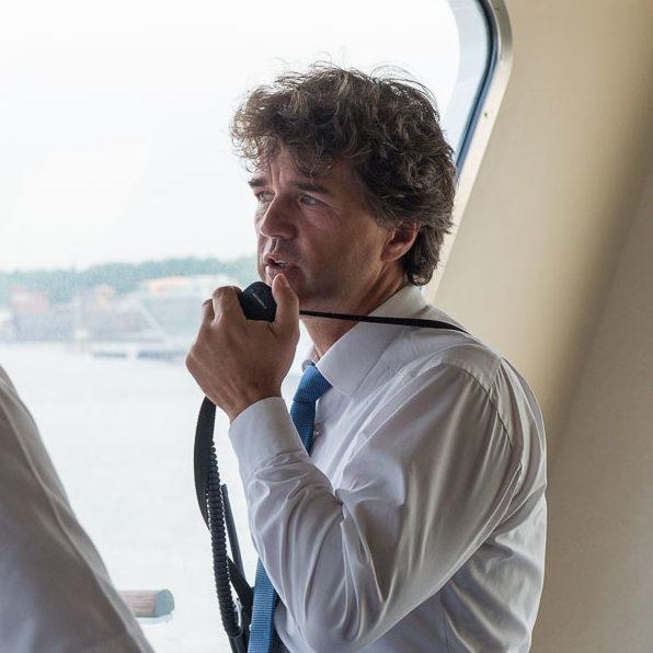 Der Hafenlotse auf der Kommandobruecke von Mein Schiff 1 TUI Cruises im Hamburger Hafen beim Anlegemanoever